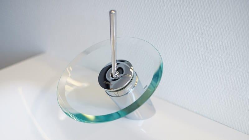 Modernes Waschbecken und Wasserhahn