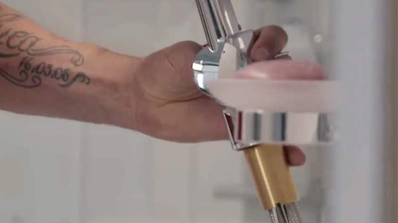 Reparatur - schnelle Hilfe, wenn der Wasserhahn klemmt, tropft, spritz.