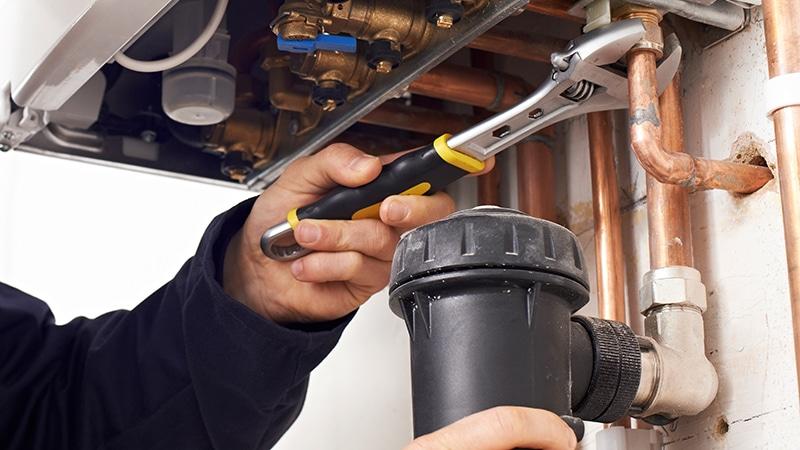 Heizung reparieren, wenn der Heizkörper kalt bleibt oder kein Warmwasser kommt.