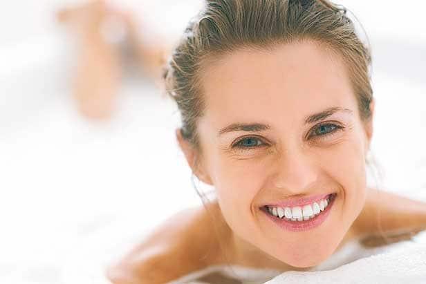 Frau in Badewanne: Angebot für Bad anfordern